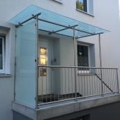 Eingang mit Geländer und Vordach